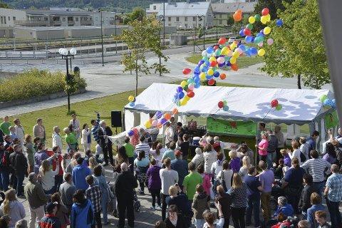 BALLONGER: Ordfører Kai Henriksen åpnet SAKU med ballongslipp i sentrum av Mo. Nå venter tre dager fylt med aktivitet og moro. Foto: Viktor Leeds Høgseth