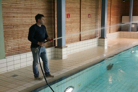 Roy Millerjord har startet med å fylle opp bassenget på Moheia.