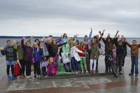 I Russland: Gruben barnekor har utviklet et godt samarbeid med et barnekor fra Petrozavodsk. Her står de samlet under besøket i den russiske byen i 2014.  FOTO: Oddrunn Jonette Solberg