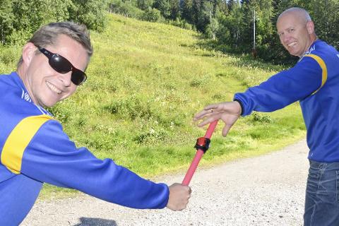 KLAR FERDIG, GÅ! John-Cato Berntzen og Terje Ditlefsen håper mange finner veien til Selforslia lørdag, når klubben arrangerer bakkeløp med blant annet stafett. – Dette er vel så mye en familiedag, minner de to om.Foto: Trond Isaksen