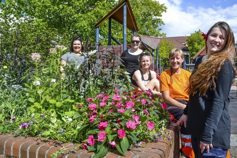 Blomsterpikene: Frida Vassvik (f.v.), Ingrid Larsen, Ingrid Haugen Nonskar, Lise Gruben og Kristine Masterdalshei har sørget for å lage det fint i byen, til manges glede. Foto: Beate Nygård