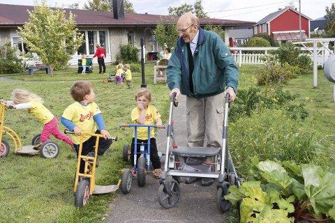 Herbjørg Steiro hjelper Athene Solum Hansen med å legge puslespill. Athene synes Herborg er flink til å pusle.