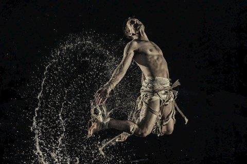 KOMMER: Hallgrim Hansegård, også kjent som FRIKAR. Denne gangen samarbeider han med joiker Torgeir Vassvik. «Leahkit» er et sjeldent møte mellom joik og hallingdans. Verket utforsker en reise mellom ulike måter å være til stede på.FOTO: Cahtrine Dokken