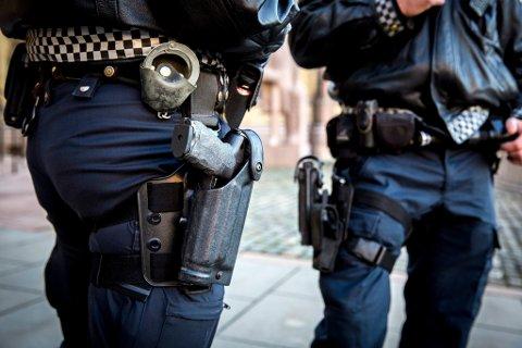 Politiet skal fra februar ikke lenger gå med våpen. Foto: Erlend Aas / NTB scanpix Politi med våpen, bevæpnet politi