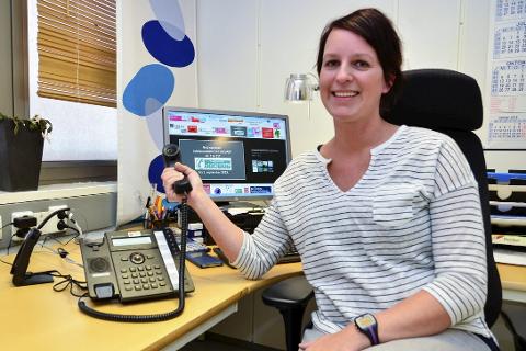 TELEFON: Avdelingssykepleier Marie Monsen oppfordrer folk til å lagre det nye telefonnummeret til legevakta på telefonen – og til å lære seg det, først som sist. Foto: Hugo Charles Hansen