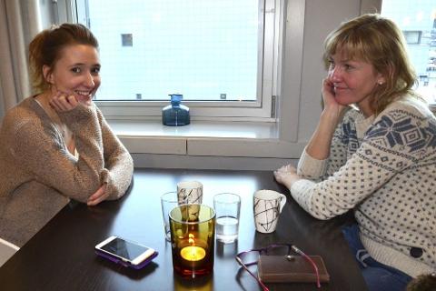 VIL VITE: Kristina og Anne Tangen vil kikke etter smilefjesene.