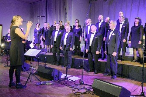 Konsert på Nordland Teater: Haukneskoret synes det kan bli i overkant mange konserter å velge i før jul, derfor har de lagt vinterens konsert til nyåret. Bildet er fra fjorårets nyttårskonsert i samfunnshuset.Foto: Arne Forbord