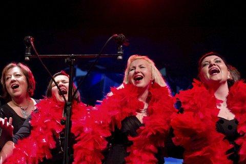Broadway: Haukneskorets damer synger «Big Spender» fra musikalen «Sweet charity». Foto: Hilde Sandvær