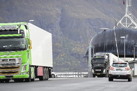 Bomtur: Denne traileren måtte torsdag returnere fra Salten N950 på Sørarnøy til Ukraina da det viste seg at både sjåføren og kjøperen av lasten var blitt utsatt for svindel via ei falsk nettside med stjålne logoer og innhold.Alle foto: Johan Votvik