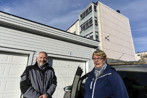 MOBO Lyngheim borettslag skal etter hvert få heis. Allerede er en garasje på plass, og det gleder Jørn Sandstedt i MOBO og styreleder i borettslaget, Ellen Aavitsland. Foto: Øyvind Bratt