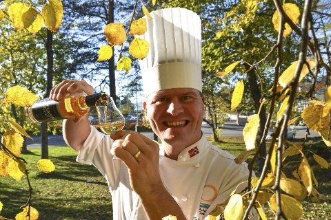 Fornøyd: Svein Jæger Hansen heller fornøyd opp et glass med den ferske Villmarksakevitten. FOTO: Trygve Ulriksen Skogseth