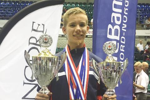 Pokaler: Julian Halsøy vant gutter 14-15 år, gull for lag junior og sølv for lag 14-15 år.