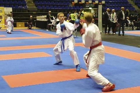 TOK SØLV: Julian Halsøy tok sølv i lagkamp for kadett, og han kjempet også seinere for juniorlaget. Foto: Privat