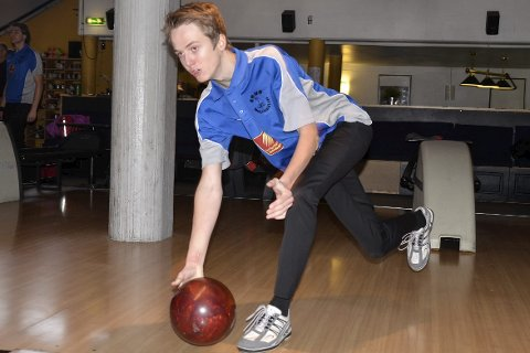 I GANG IGJEN: Max Østberg er tross sine 15 år (16 i morgen) god nok til en plass på førstelaget til Rana bowlingklubb. Lørdag var han tilbake etter en alvorlig ryggskade. Foto: Trond Isaksen