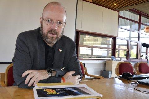 FRAMTIDENS POLITI: Geir Waage har en tykk bunke med dokumenter å ta med seg til styringsgruppens møte i Bodø onsdag, der framtidens politi i Nordland skal diskuteres. Foto: Gøran O. Pedersen