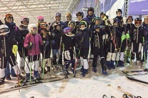 SAMLING: 27 lokale alpinister har denne uka trent på ski innendørs i Snow Arena i Litauen. – Et fantastisk anlegg, skryter Ove Bromseth i RSK. Foto: Privat