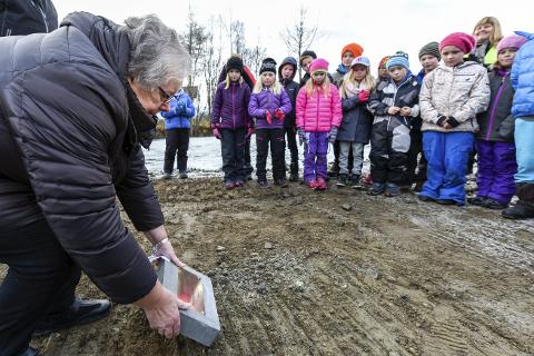 KLART FOR BYGGING: B&Y-veteranen Gunnhild Løvstrand legger ned grunnsteinen for den nye flerbrukshallen på Ytteren stadion. Om ett år skal den stå klar. Foto: Øyvind Bratt