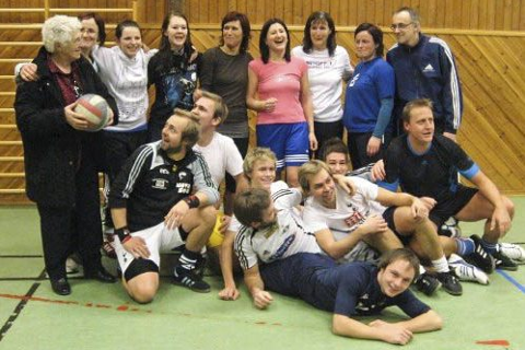 SLEKSTSLAG: Bestemors Bæste er en volleballgjeng der mange av spillerne er i slekt. Foto: Privat