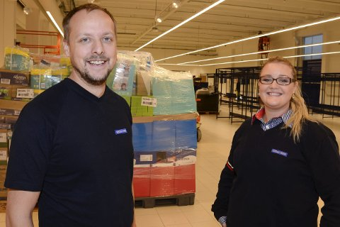 TRAVLE DAGER: – Det blir travle dager for å gjøre butikken klar til åpningen den 24. november. Vi gleder oss til å vise folk byens nyeste dagligvarebutikk. Tilbakemeldingene fra folk i nærheten er bare gode, sier kjøpmann Stian Eilertsen (32) og kjøpmannsfru Maicen Eilertsen (29) ved Rema Søderlundmyra. Foto: Arne Forbord