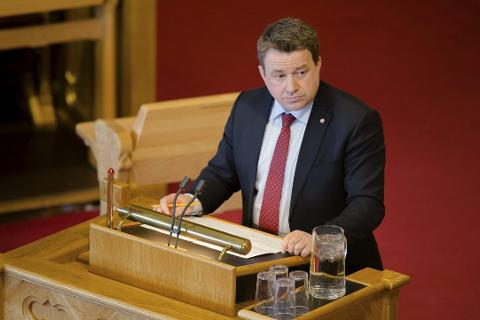 Kjell-Idar Juvik stilte samferdselsminister Ketil Solvik-Olsen til veggs om E6 Helgeland i spørretimen onsdag. Foto: Eskil Wie