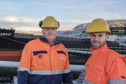 PRODUKSJONSTAP: Rana Gruber taper i år rundt 50 millioner kroner på at malmkvaliteten denne høsten er lavere enn forventet og at store bergspenninger i fjellet har laget trøbbel for gruvedriften. – Resultatet er vi sender to båter færre av den typen som ligger bak oss, til våre kunder. En slik båt har plass til rundt 65.000 tonn slig, sier administrerende direktør Kjell Sletsjøe og økonomisjef Magnus Kibsgaard i Rana Gruber AS. Foto: Øyvind Bratt