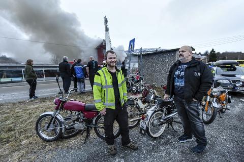 MOPEDER: Petter Nymo (t.v) og Lars Kvåle fikk reddet ut de gamle mopedene og får skryt av brannvesenet for dette. Vaktsjef Cato Johannessen sier det gjorde deres arbeid lettere. Foto: Øyvind bratt