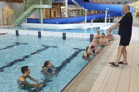 PÅ KURS: Rana svømmeklubb har i helga arrangert ett av flere trenerkurs i Moheia Bad. Ni stykker deltok.Foto: Privat