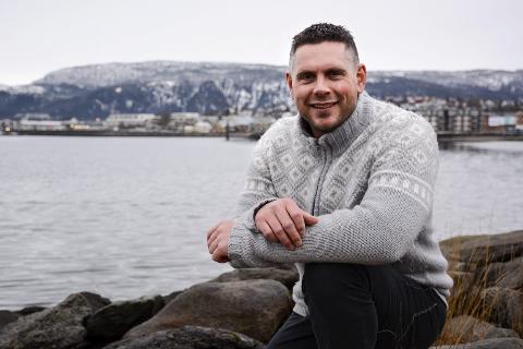 Nyttårssmell: Håkon Dehlin ser fram til nok ei nyttårsoppskyting fra Jernverkskaia på Mo.Foto: Kenneth Haagensen Husby