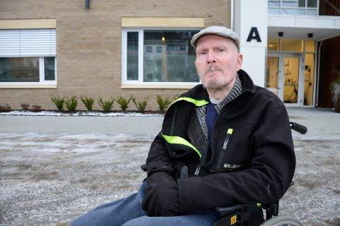 – Jeg har røkt siden jeg var 14 år, og må ha noen blås hver time, sier Ketil Solbakk.