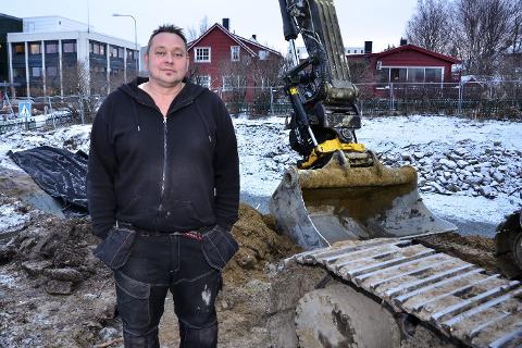 GRAVING: Nå er Kurt Haugen og Solsiden Eiendomsutvikling AS i full gang med tomta og grunnarbeidene for boligprosjektet i Sørlandsveien. Foto: Hugo Charles Hansen
