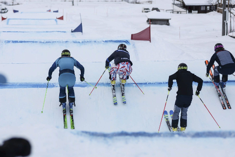 STJERNETREFF: Den siste tiden har det «krydd» av skicross-stjerner i Hemavan, både svenske og franske. Her er de i bakken rett ovenfor Solkatten. Foto: Trond Isaksen og Pontus Lindh
