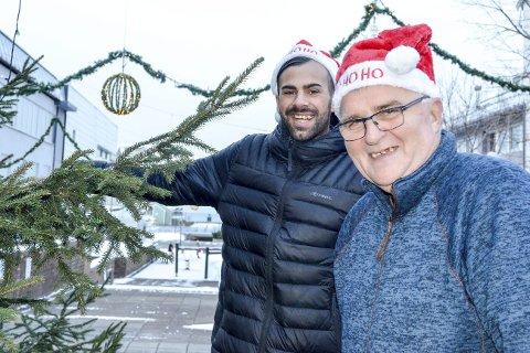 Gleder seg: Frivillig Ali Karan og daglig leder for Rana Frivilligsentral, Stein E. Hovind har fått på seg nisseluene. De gleder seg til julaften, og til å se hvem de får feire jul med på Bakeribygget i år. Foto: Toril S. Alfsvåg