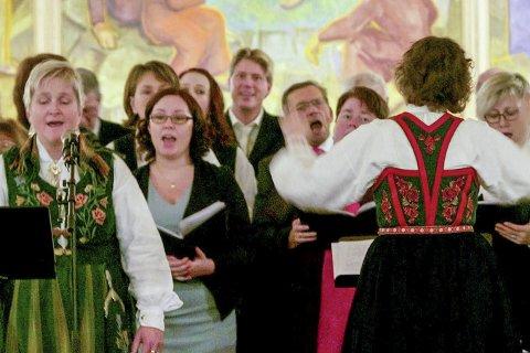 Julekonsert: Koret skal synge både norske klassikere og amerikanske slagere på konserten på torsdag. Bildet ble tatt i Nevernes kirke på julaften i fjor.