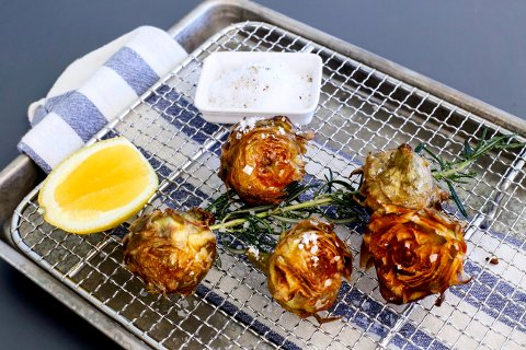 Carciofo alla Giudia, eller fritert artiskokk, lages enkelt med olje, salt og sitron.