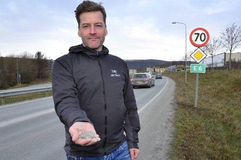 LUFTKVALITET: Miljørådgiver Allan Berg sier det er klare sammenhenger mellom svevestøvtopper og trafikkmengde på E6. Ett tiltak kan være å sette ned fartsgrensene.