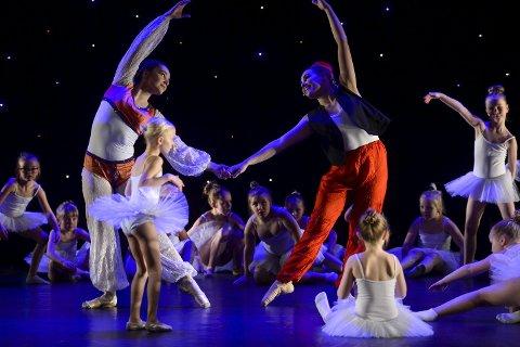 Eventyrland: Silje S. Killi som Jasmin og Maja Lund som Aladdin, var en av mange karakteristiske dansere som satte sitt preg på Tip Toes jubileumsforestilling.Foto: Øyvind Bratt