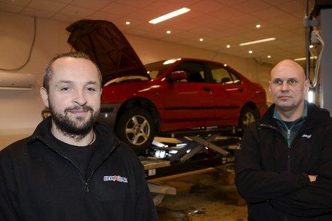 ALLE BILMERKER: Bilmekaniker Ketil Christensen er klar til å reparere alle slags personbiler i sitt nye bilverksted KC Auto AS på Hemnesberget. – Det å lete etter feil er spennende og gir utfordring i hverdagen. Jeg fikser alt med unntak av karosseriskader, sier Ketil Christensen, som eier selskapet med kameraten Ivar Antonsen.