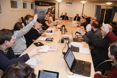 TØFFERE: Ap og Sp fant tonet og sørget for flertall for budsjettet for 2017 i Lurøy, som preges av kutt i statlige rammeoverføringer. De gode tidene med behagelig vekst år til år er en saga blott. Foto: Arne Forbord