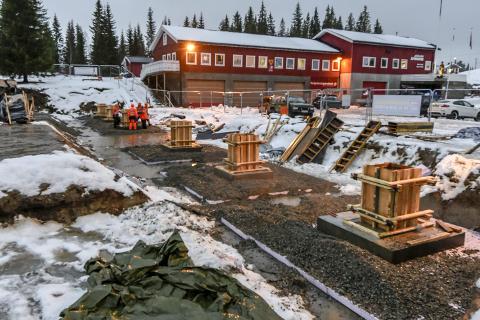 GODT I GANG: Byggingen av ishallen på Skillevollen er godt i gang. For tida er det arbeidet med fundamentene som pågår. Selve bygget skal reises i midten av januar. Foto: Øyvind Bratt