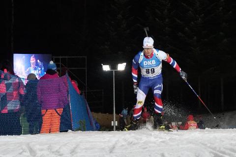 Det er mye folk inne på arenaen, men også ute i løypene. Skiskyting er ekstremt populært i Mellom-Europa, det fikk Fredrik Gjesbakk erfare i sin verdenscupdebut.