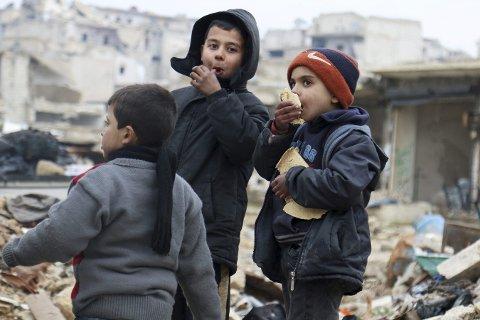Fred: Vi trenger tro, håp og barmhjertighet for ikke å miste motet. Det verste scenariet er hvis håpløsheten overtar. Da blir Aleppos helvete også vårt, skriver Martin Kildal. Bildet viser noen gutter som spiser børd mens de venter på å bli evakuert fra Øst-Aleppo.