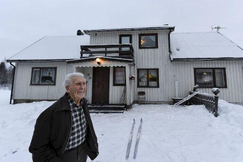Fangeleir: Georg Jensens hus er bygd opp av rester fra fangeleiren på Nabbvolleiren. Som ung mann var han med på å bygge opp leiren som huset rundt 500 fanger.