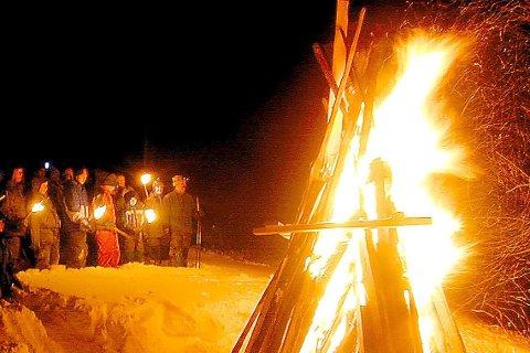 TRADISJON: Helt siden jubileumsåret 1999 har vardetenning vært en tradisjon på Mofjellet. Foto: Arne Forbord