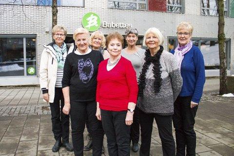 18 år: Kari Schiefloe Heggen (bak t.v.), Edel Dikvold, Evy Reitan, Ellinor Loe, Rosita Fagerli, Peggy Berg og Marit Bjerkan Hansen har møttes på Babettes hver uke i 18 år.  .