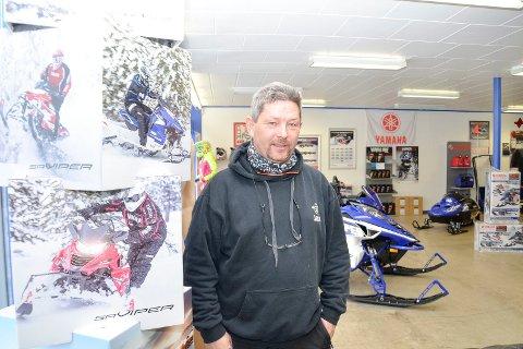 SELGER MYE: Jørn Solvang, daglig leder ve d Bjerka Maskin og Scooter, selger scootere i høyere tempo enn noen gang etter at løypene ble åpnet.