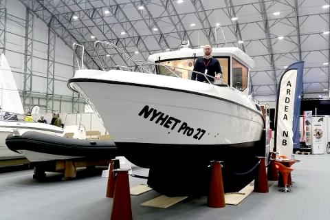 AVANSERER: Kurt Nilsen og Helgeland Båt utvider nå sortimentet og er snart klar for salg av nye Rana Plast-båter. Her fra båtmessa «Dra til sjøs» i Bergen som gikk av stabelen 18. til 21. februar. Foto: Privat