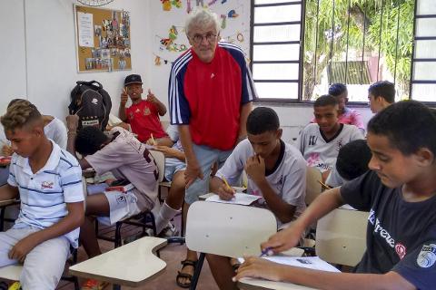 1 Underviser: Kjell Pedersen underviser en klasse ved Karanba. 2 I mars i fjor hadde de aktivitetsdag ved prosjektet. 3 Favela (slum) i Belo Horizonte 4 Før avreise fra leiligheten hjemme i Rana talte Kjell Pedersen dagene før han skulle tilbake til Brasil. Foto: privat