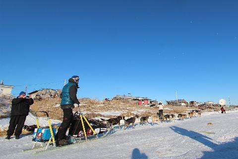 På vei ut fra Unalakleet - herfra og til mål i Nome er det 420 km langs kysten. Målgang er ventet tirsdag.