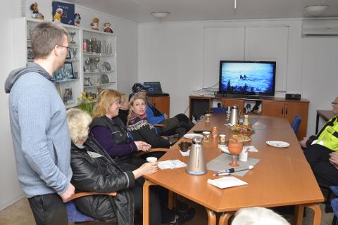I klubblokalene til Rana trekk- og brukshundklubb følger de spent med på Iditarod. Her ser de en film fra løpet i 2014 da orkan preget innspurten.