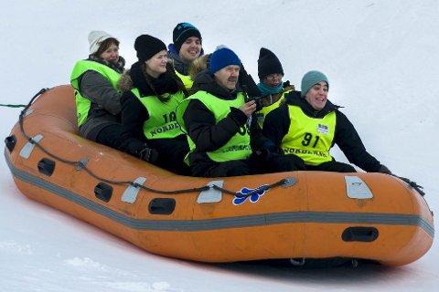 RAFTING: Det går fort ned bakken med raftingflåten. Det formelig lyser skrekkblandet fryd i ansiktene til passasjerene. Foto: Øyvind Bratt